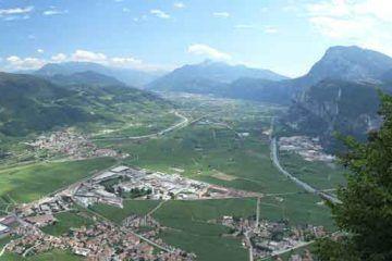 Mezzocorona-Piana_Rotaliana_from_Mezzocorona_©-Matteo-Ianeselli_attraverso-Wikimedia-Commons