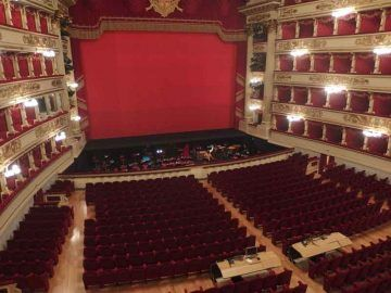 Milano,_Teatro_alla_Scala,_interior_01_By-Palickap-(Own-work)-[CC-BY-SA-4.0],-via-Wikimedia-Commons