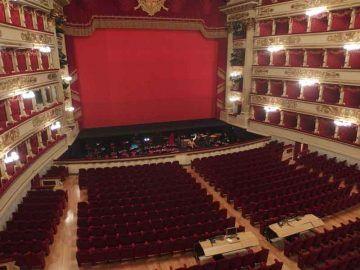 Milano,_Teatro_alla_Scala,_interior_01_By-Palickap-(Own-work)-[CC-BY-SA-4.0],-via-Wikimedia-Commons