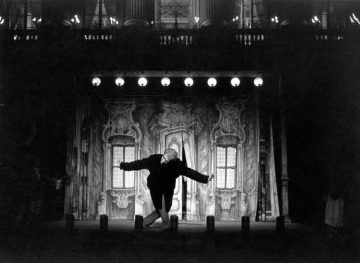 Giorgio Strehler con la scenografia di Arlecchino servitore di due padroni (1962-1963) © Luigi Ciminaghi / Archivio Piccolo Teatro di Milano