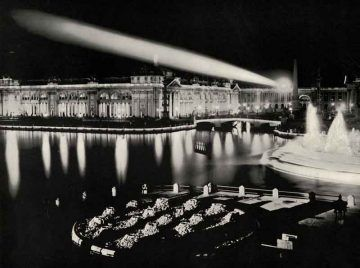 """Alla Fiera Colombiana di Chicago del 1893 l'elettricità fu utilizzata anche per """"decorare"""" i padiglioni [Agricultural_Building_at_Night_(3409426351)_By-The-Field-Museum-Library-(Agricultural-Building-at-Night)-[No-restrictions],-via-Wikimedia-Commons]."""