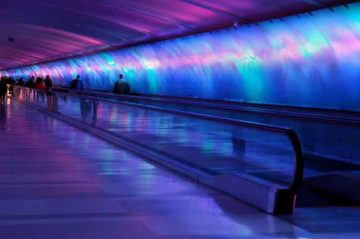 Il-tunnel-pedonale-dell'aeroporto-di-Detroit---by-Steve-Hopson-[CC-BY-2.5],-via-Wikimedia-Commons