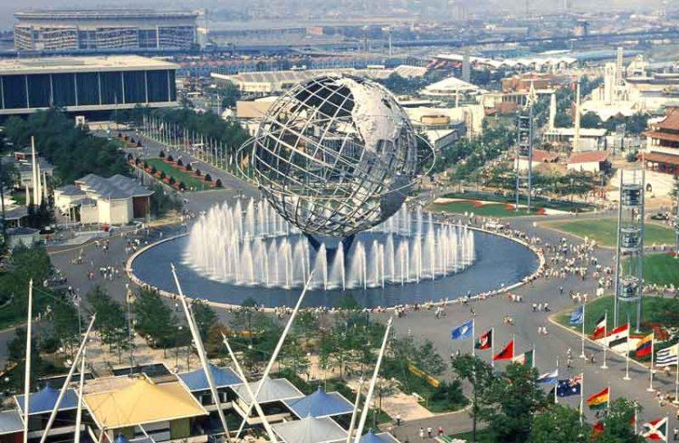 L'Unisfera durante l'Esposizione Universale di New York 1964-65. [Di-Anthony-Conti;-scanned-and-published-by-PLCjr-from-Richmond,-VA,-USA-(NY-World's-Fair-1964-1965)-[CC-BY-SA-2.0],-via-Wikimedia-Commons].