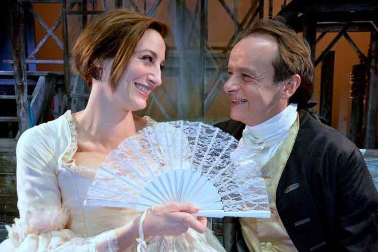 """Francesca Inaudi e Gianluca Guidi in """"La vedova Scaltra"""", al Teatro Carcano."""