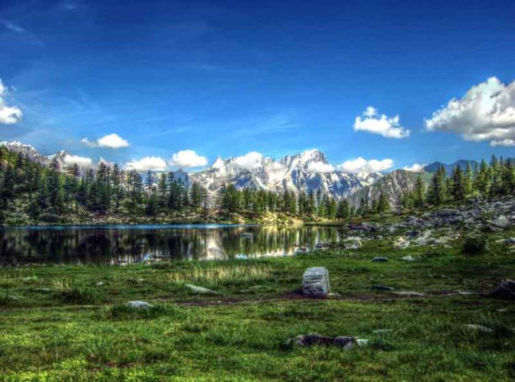 L'incantevole località valdostana di Morgex (nella foto, il Lago d'Arpy e sullo sfondo il Monte Bianco - By-Rollopack-(Self-published-work)-[GFDL-or-CC-BY-SA-3.0],-via-Wikimedia-Commons)