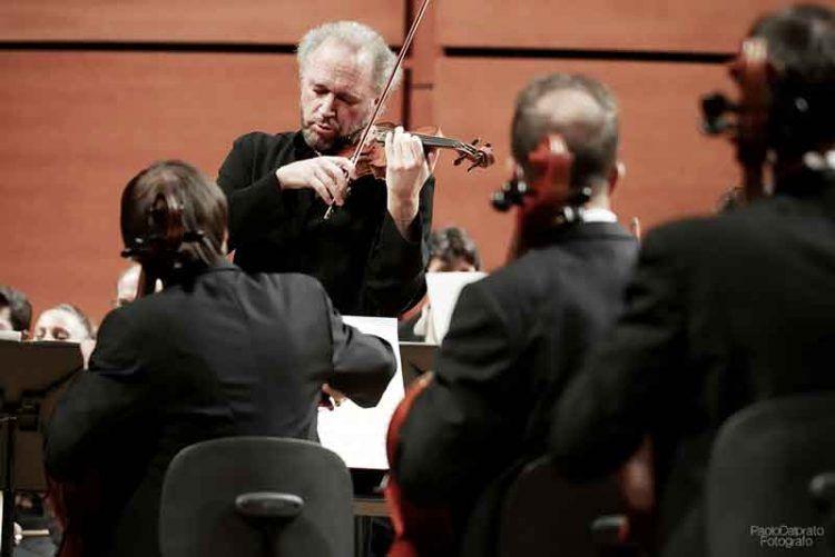 Kolja Blacher dirige laVerdi - foto Paolo Dalprato