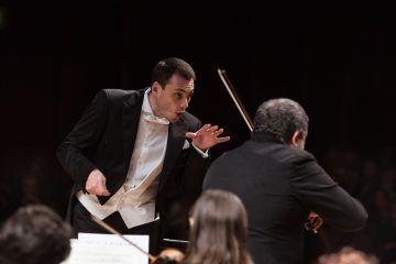 Maxim Rysanov con laVerdi nel duplice ruolo di solista e direttore con Domenico Nordio al violino - foto Studio Hanninen