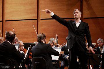 Il Maestro Hannu Lintu dirige l'Orchestra Sinfonica di Milano Giuseppe Verdi.