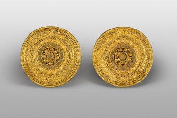 Orecchini, oro, ultimo trentennio del VI secolo a.C. Credito: Fondazione Luigi Rovati, Monza, foto Mauro Ranzani