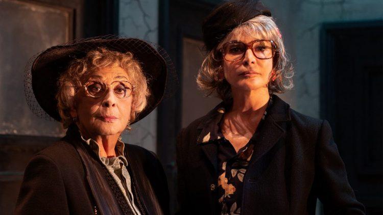 """Isa Danieli e Giuliana De Sio in """"Le signorine"""", al Teatro Franco Parenti - photo by Noemi Ardesi"""