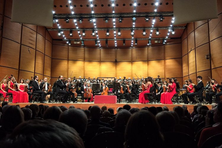 Claus Peter Flor dirige laVerdi nella Nona di Beethoven - foto Marco Biancardi
