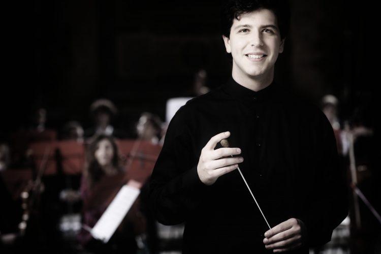 """Il Maestro Giordano Ferranti dirige l'Orchestra Verdi in occasione di """"Crescendo in musica""""."""