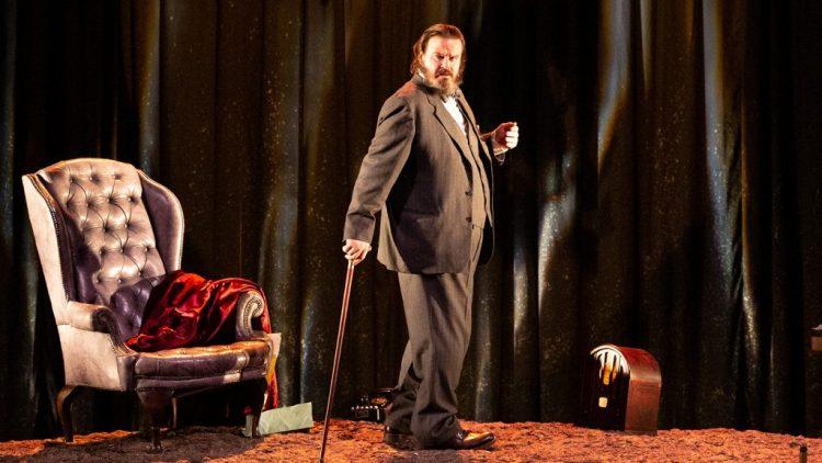 """Giuseppe Battiston in """"Winston vs Churchill"""" al Teatro Franco Parenti"""